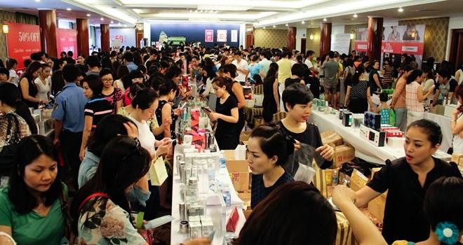 Khách Sài Gòn chen nhau sắm hàng hiệu giảm giá