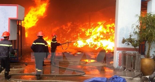 Đồng Nai: Cháy xưởng đồ gỗ, hàng trăm công nhân tháo chạy