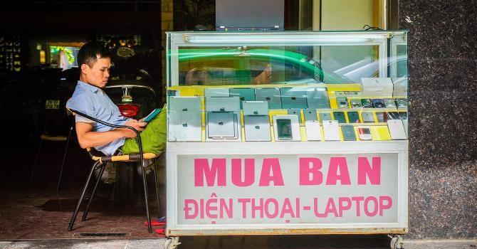 """""""Cơn cuồng iPhone"""" của người Việt trong mắt báo Tây"""
