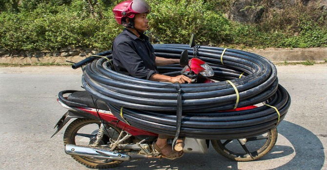 [Ảnh] Xe máy chở quá tải ở Việt Nam lên báo Anh