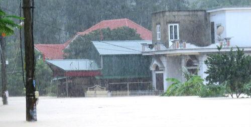 """Hơn 500 nhà """"chìm"""" trong biển nước, đường vào Yên Tử ngập sâu"""