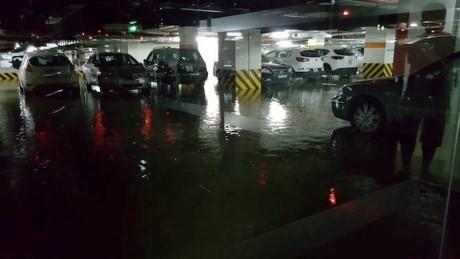 Mưa lớn xuyên đêm, người Hà thành thức trắng chạy lụt