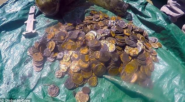 Đi dọn rác, bất ngờ nhặt được cả đống tiền vàng cổ