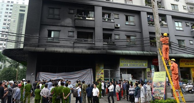 Nhà cửa phủ đầy muội khói sau vụ cháy 200 xe máy