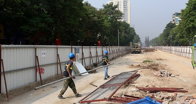 Phá lô cốt, thu hẹp rào chắn chống ùn tắc ở Hà Nội