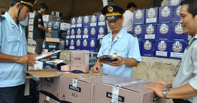 """""""Bỏ quên"""" 27 container rượu tại cảng"""