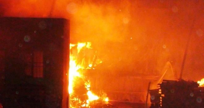 Công ty gỗ cháy dữ dội suốt nhiều giờ trong đêm
