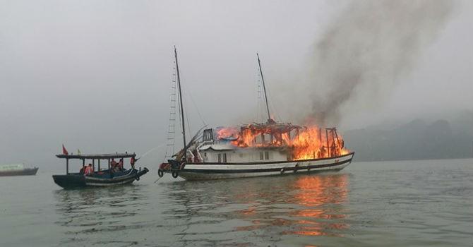Cháy tàu du lịch trên Vịnh Hạ Long, 25 người thoát nạn
