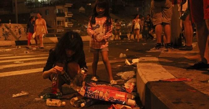 TP.HCM ngập rác trong đêm giao thừa
