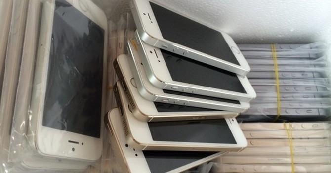 """13 kiện hàng iPhone, iPad hơn 9 tỷ đồng """"lọt lưới"""" hải quan"""