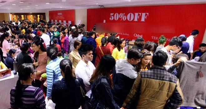 Chen chân mua hàng hiệu giảm giá ở tháp Hà Nội