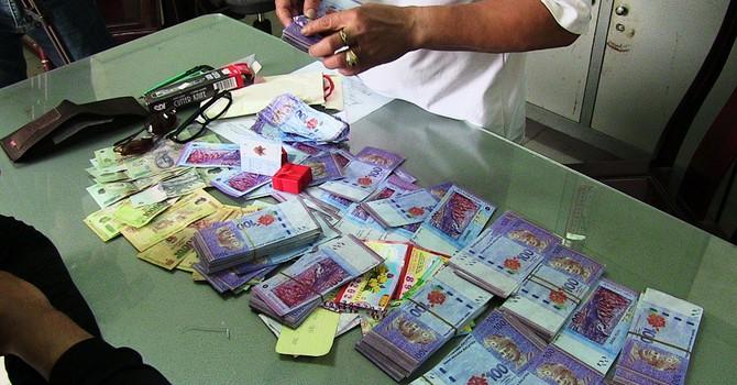 Tạm giữ một người nước ngoài lừa đổi ngoại tệ giả lấy tiền Việt