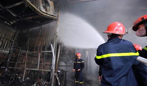 Cháy lớn, gara ô tô bị thiêu rụi