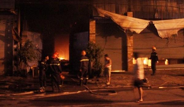 Xưởng gỗ 1.000m2 cháy nổ dữ dội trong đêm