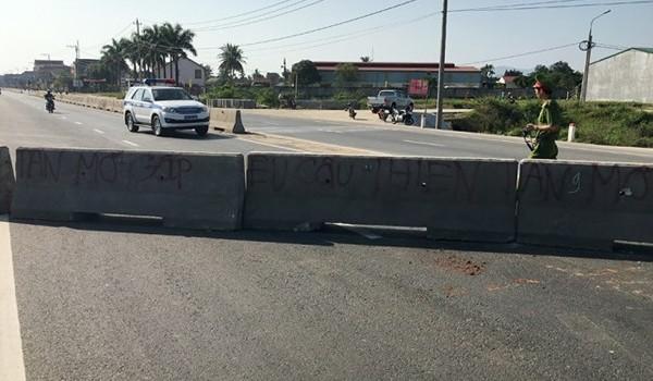 Quảng Ngãi: Dân phá dải phân cách, chặn QL1A gây ách tắc giao thông