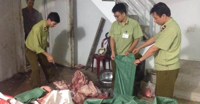 Phát hiện 200kg thịt trâu bò bốc mùi hôi thối tồn đọng từ 2014
