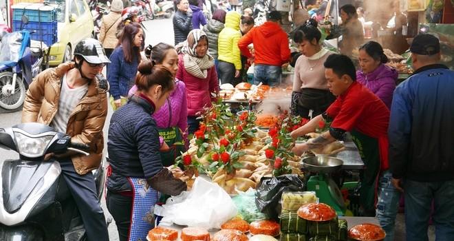 """Người Hà Nội sắm tết ở """"chợ nhà giàu"""""""