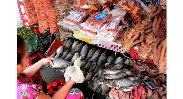 Đặc sản Tết Campuchia đắt hàng từ cái bánh bò tới con cá khô