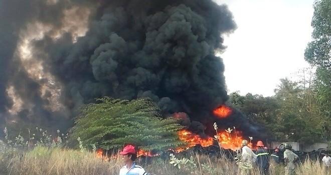 Cháy dữ dội tại kho phế liệu lốp ô tô, ngọn khói cao hàng trăm mét
