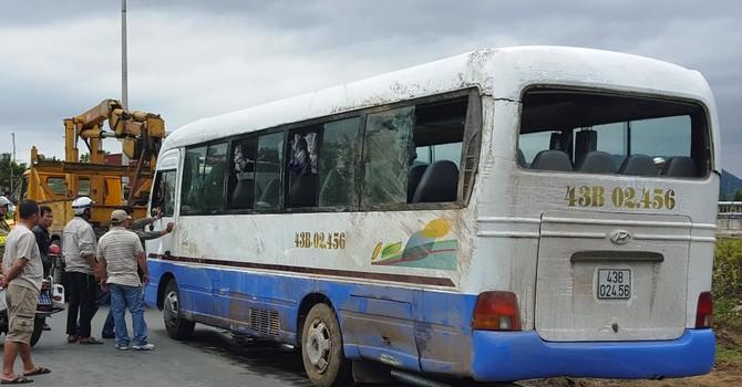 Lật xe chở công nhân, 14 người bị thương