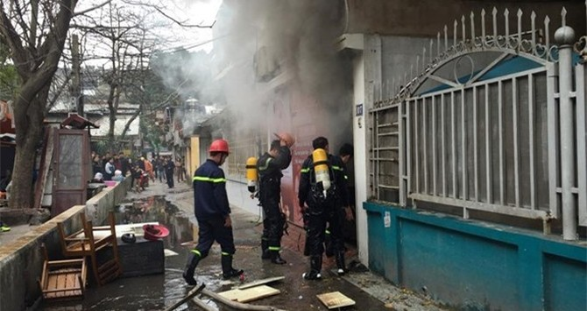 Cháy chung cư cũ, dân hoảng loạn chạy xuống đường