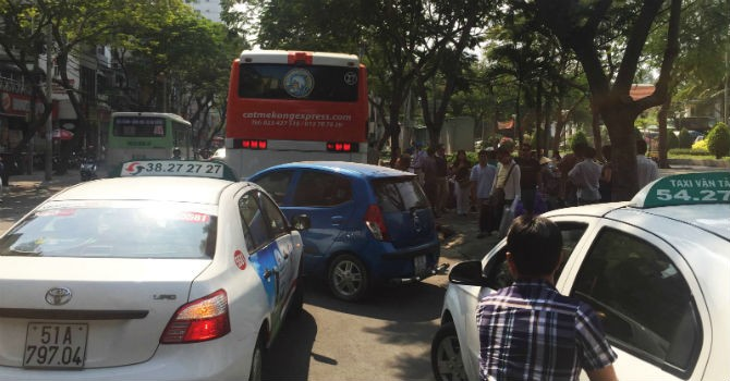 """Dẹp """"loạn"""" giao thông khu phố Tây Sài Gòn"""