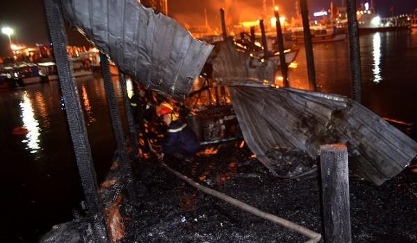 2 tàu du lịch Nha Trang cháy dữ dội trong đêm tối
