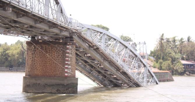 Cầu Ghềnh sập xuống sông sau cú húc của sà lan