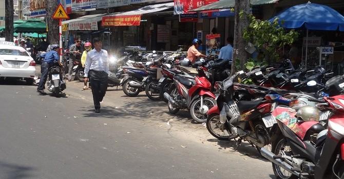Vỉa hè Sài Gòn, thứ xa xỉ không dành cho người đi bộ!