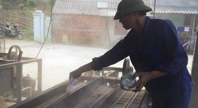 Nghệ An: Dùng hóa chất và bột lạ để sản xuất đũa tre
