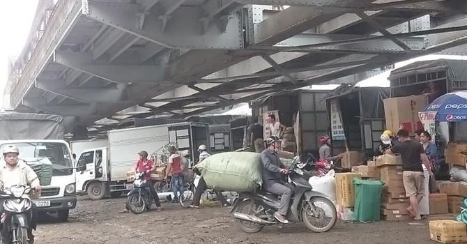 Gầm cầu Long Biên biến thành chợ