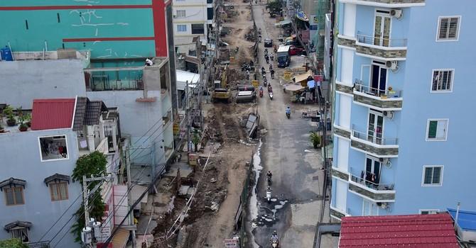 """Nhà ở Sài Gòn """"bỗng dưng"""" nổi lên cao hơn mặt đường"""