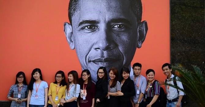 Người Sài Gòn treo ảnh chào đón Tổng thống Mỹ