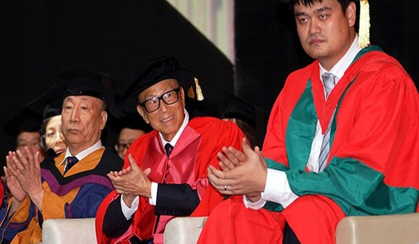 Người giàu nhất Hong Kong khuyên cử nhân khiêm tốn