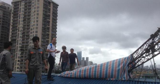 Hà Nội: Cột thu phát sóng đổ, 1 người chết