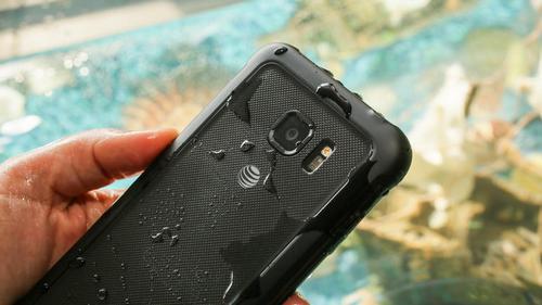 """Galaxy S7 Active """"chết đuối"""" khi thử nghiệm chống nước"""