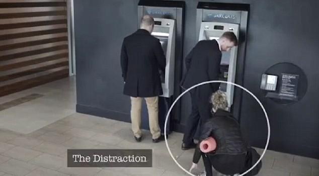 Thủ đoạn đánh tráo thẻ ATM mới vô cùng tinh vi của bọn lừa đảo