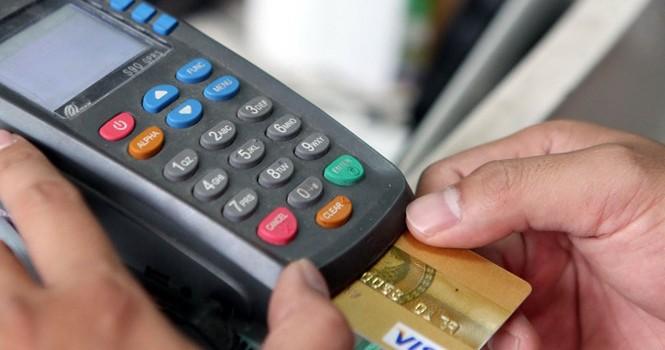 """Ngân hàng """"chém đẹp"""" người dùng thẻ"""