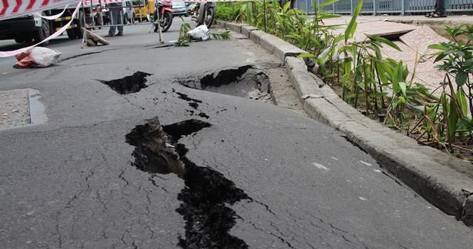 Đường Trường Sa bất ngờ nứt toác từ vỉa hè ra lòng đường ở Sài Gòn