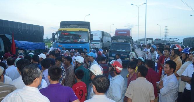 Nhiều người đổ ra đường chặn xe, quốc lộ 1 ách tắc suốt nhiều giờ