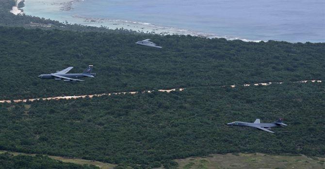 Ba máy bay ném bom chiến lược Mỹ cùng xuất hiện ở Biển Đông