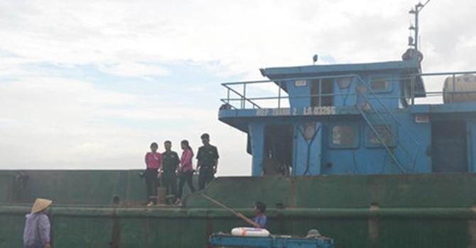 Bắt giữ tàu đổ chất thải xuống khu vực biển Thanh Hóa và Nghệ An