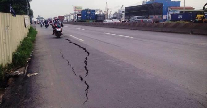 Quốc lộ đột nhiên nứt toác ở Sài Gòn