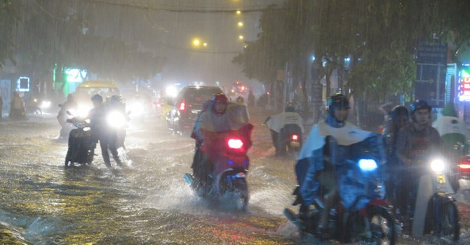 Sài Gòn lại mưa lớn, nước chảy như lũ trên Xa lộ Hà Nội