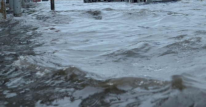 TP.HCM: Vỡ tường nhà máy làm ngập nước cả khu phố