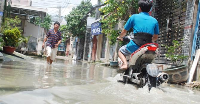 Dân Sài Gòn khổ sở vì nước ngập cả tháng không rút