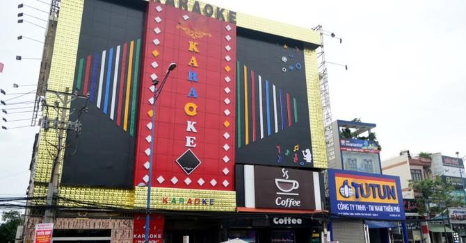 Biển quảng cáo bịt kín quán karaoke, cửa hàng ở Sài Gòn