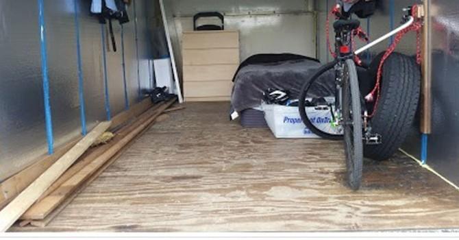 Thanh niên sống trong xe tải, tiết kiệm lương để về hưu trước tuổi 30