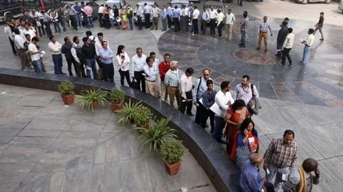 Người Ấn Độ xếp hàng dài trước ngân hàng vì thiếu tiền