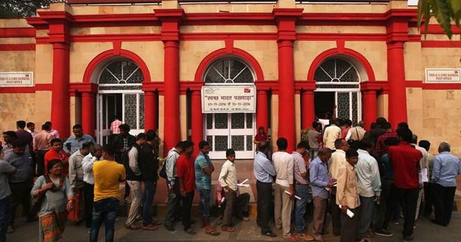 Dân Ấn Độ háo hức đổi tiền, ngân hàng thu vào 30 tỷ USD